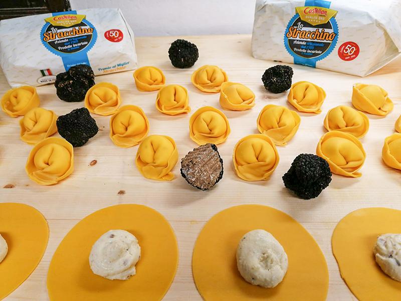 Nuovo Borgo preparazione tortellone di stracchino Caseificio Castellan Urbano e tartufo mantecato con burro di malga e finferli